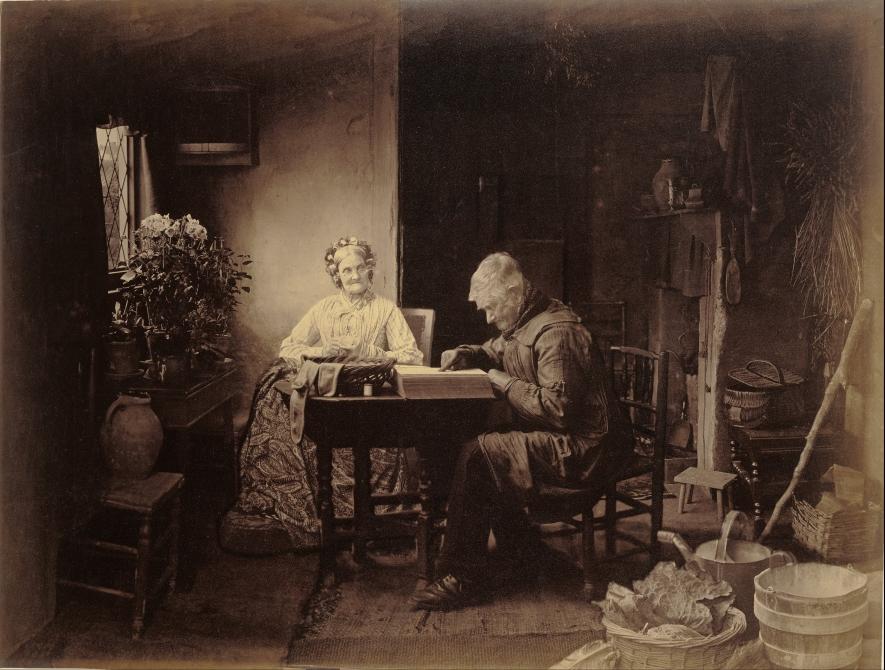 stare małżeństwo siedzi przy stole