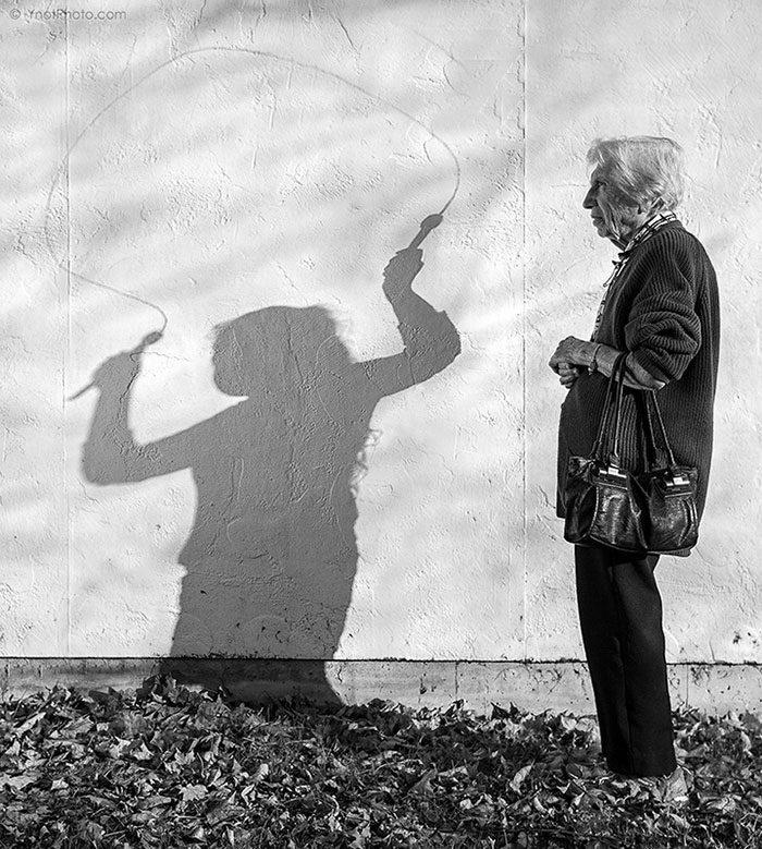 cień dziewczynki ze skakaną, obok stoi starsza kobieta