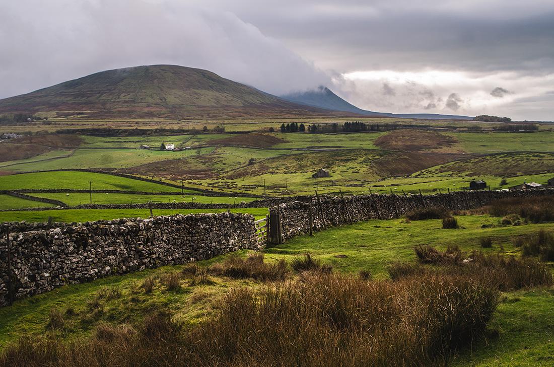 kamienne murki na tle zielonych wzgórz -Yorkshire Dales National Park