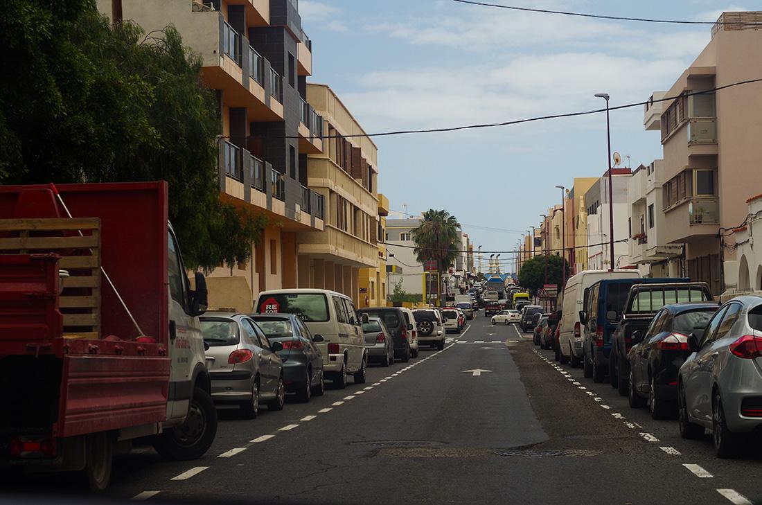 gęsto zaparkowane samochody na ulicy w stolicy Fuerteventury