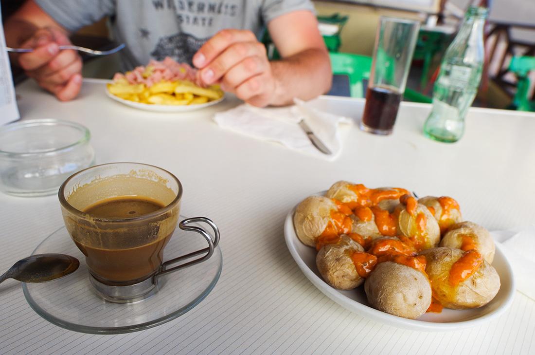 Jedzenie na Fuerteventurze - ziemniaczki papas arrugás i kawa